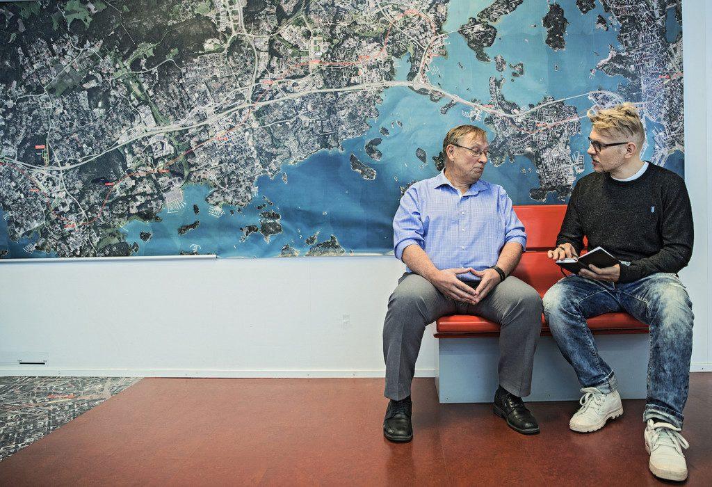 Västmetrobolagets vd Matti Kokkinen intervjuas av HBL. | FOTO: Leif Weckström